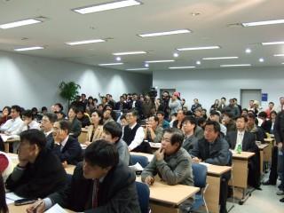 2007년 2월 23일 서울역 KTX 역사 대회의실에서 열린 첫 번째 '금요일에 과학터치(금과터)'에 참석한 시민들. - 한국연구재단 제공 제공